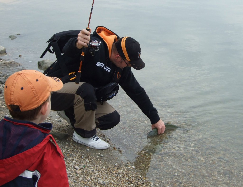 Tudom, nem a legegyszerűbb feladat egy kavicsokat a folyóba dobáló gyerek mellől halat fogni, de nem lehetetlen!