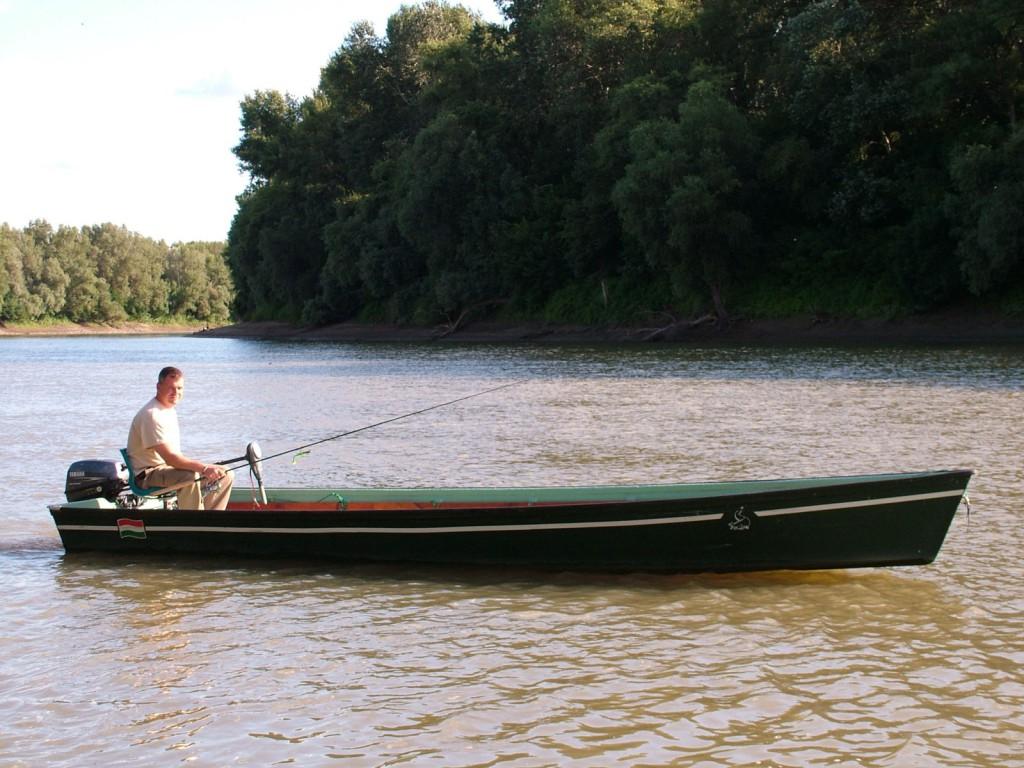 Az élő folyó Nagy-morotva bejárója alatti szakaszán állítom le a motort. Itt rendezett, tiszta, zsombékos a part. Nagyon erős ívás szokott rajta lenni!