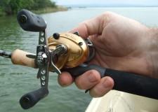 Az ilyen felszerelés használatával egy kézzel tudunk horgászni, míg a másik kezünkkel a csónakot tudjuk irányítani. A felszerelésnek még egy előnye van: csak egyfajta botfogás létezik!