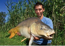 A horgászat ideje alatt Kornél igazán kitett magáért, hiszen nyolc darab gyönyörű pontyot sikerült szákba terelnie, de az első volt a legszebb, és a legnagyobb példány!